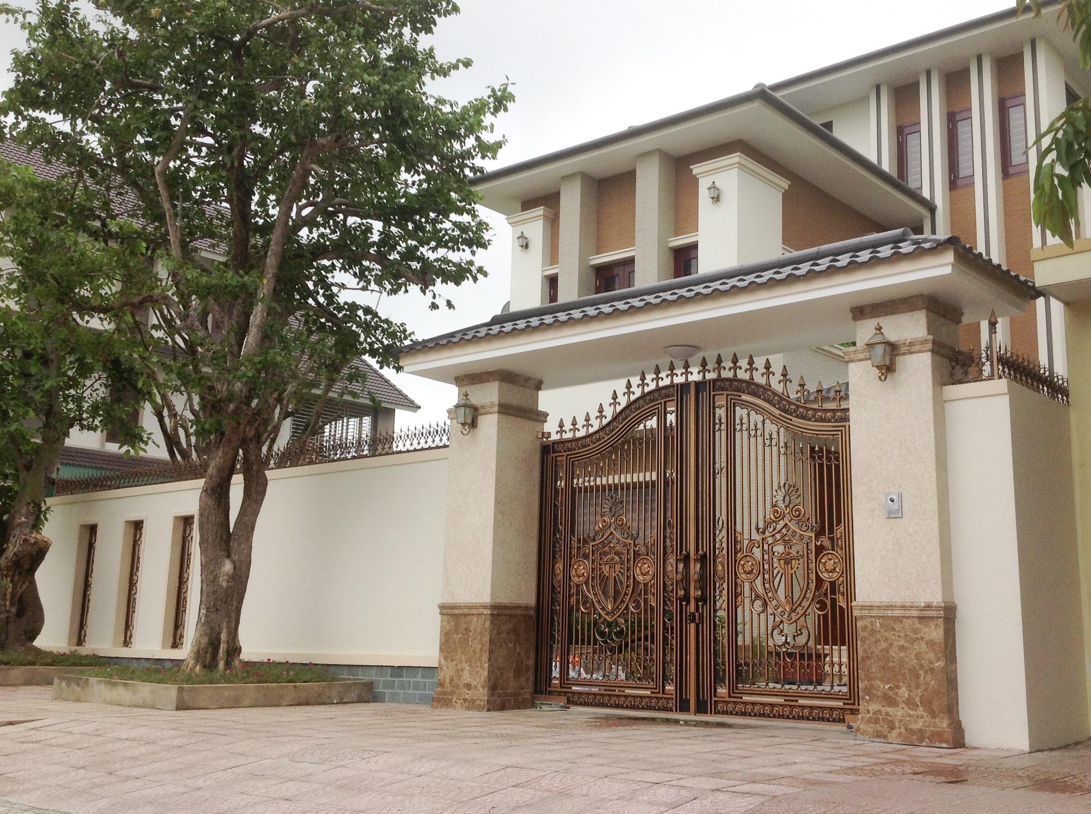Luxury gate h t nh asuzac acm japanese aluminum casting for Luxury fences